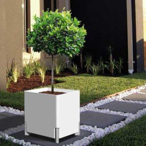 Kastmissüsteemiga taimepott valge õue