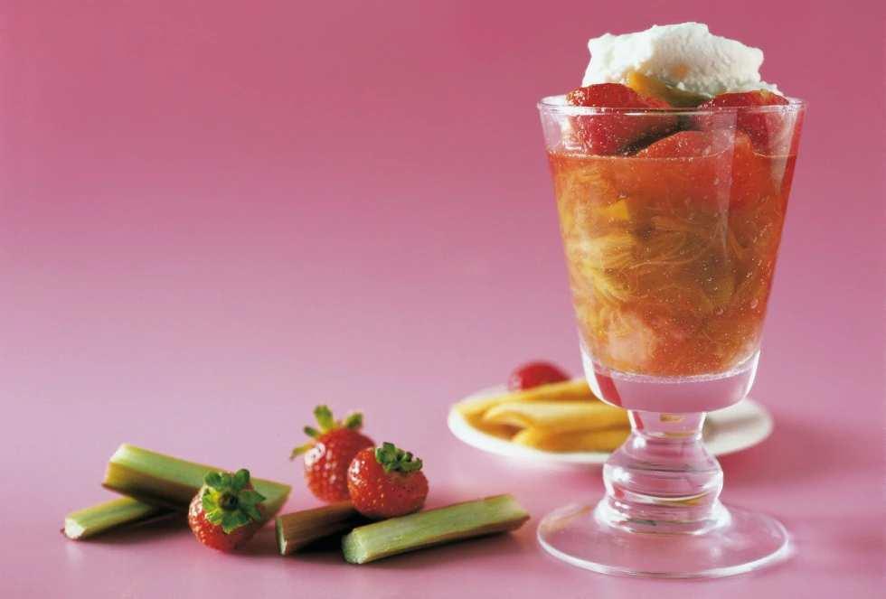 Rabarber ja maasikad küpsistega